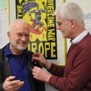 Der SPD-Unterbezirksvorsitzende Torsten Warnecke MdL (rechts) steckt dem Jubilar die Ehrennadel ans Revers. Bild: Tomas Giese (nh)