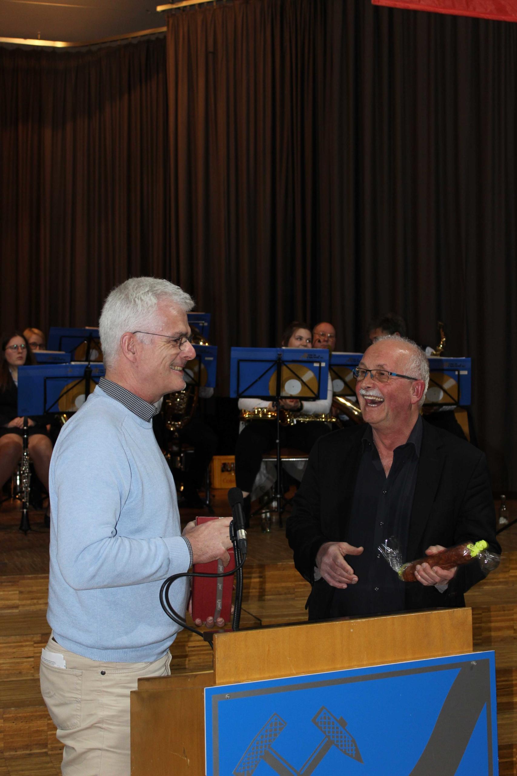 Von links: Torsten Warnecke MdL überreicht Dr. Udo Bullmann MdEP ein Präsent am Abschluss der Veranstaltung- (Foto: Thomas Giese/nh)