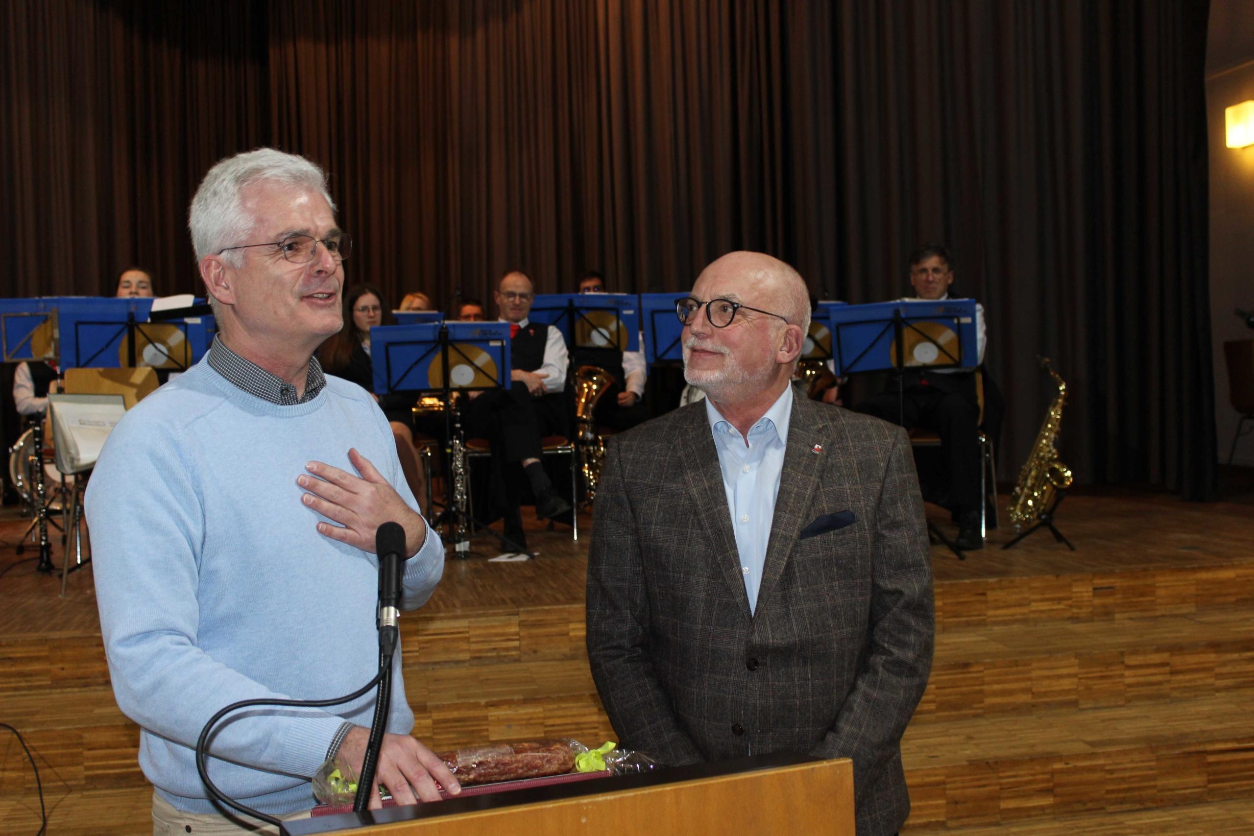 Von links: Torsten Warnecke MdL überreicht Bern Stahl (AfA Hersfeld-Rotenburg) zum Dank für seine langjährige Arbeit als AfA-Vorsitzender ein Präsent - (Foto: Thoms Giese/nh)