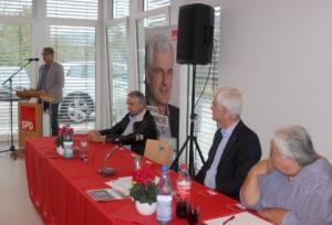 Das Präsidium des Parteitages lauscht den Worten von Thomas Schwarze (stehend) mit v.l.: Erstem Beigeordneten der Gemeinde Hauneck Georg Ruppel, SPD-Unterbezirksvorsitzendem und Landtagsabgeordnetem Torsten Warnecke sowie der SPD-Gemeindeverbandsvorsitzender Cornelia Ziehn. Bild: Thomas Giese (nh)