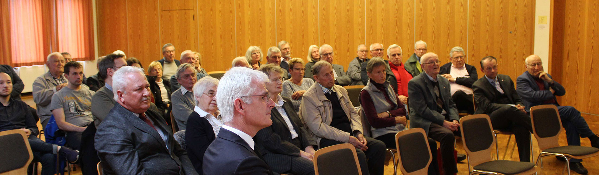 Die Besucherinnen und Besucher lauschen gespannt den Worten des Referenten. Bild: Thomas Giese (nh)