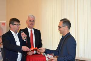 Hermann-Josef Scheich bedankt sich mit einem Buch bei Heiko Maas, der als erster Bundesaußenminister in der Geschichte der die Marktgemeinde Eiterfeld besucht hat, in der Mitte der SPD-Landtagsabgeordnete Torsten Warnecke.