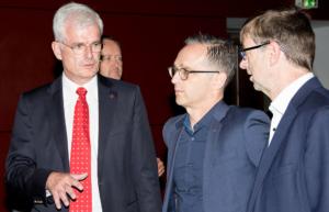 Landtagsabgeordneter Torsten Warnecke, Bundesaußenminister Heiko Maas und Bürgermeister Hermann-Josef Scheich auf dem Weg in den Saal
